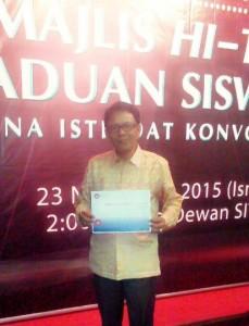 Dr. H. Abdul Malik, M.Pd. Terima Anugerah Graduate On Time dan Menerima Ijazah Doktor Filsafat Kesusastraan Melayu dari Sultan Idris Education University Malaysia